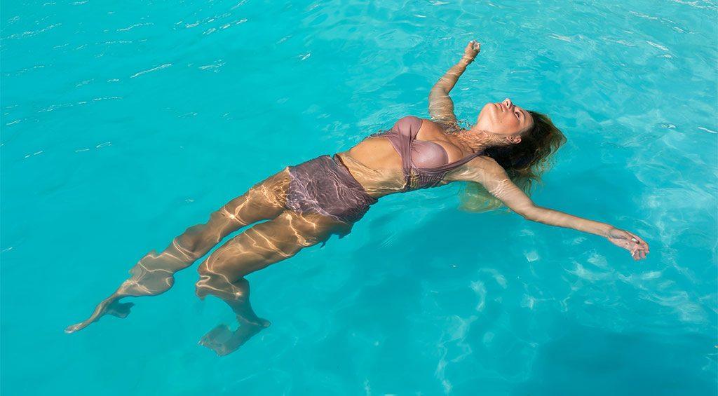 Az előnytelen szín - mályva - és a medencés képek // The disadvantageous color - mauve - and the poolside photos
